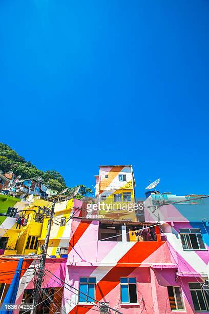 Bâtiments colorés slackline de la favela.
