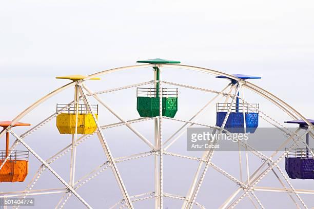 colorful ferris wheel in the tibidabo amusement park mountain with the barcelona city view. - reuzenrad stockfoto's en -beelden