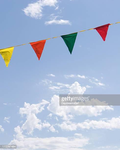 カラフルな旗と青い空、白い雲