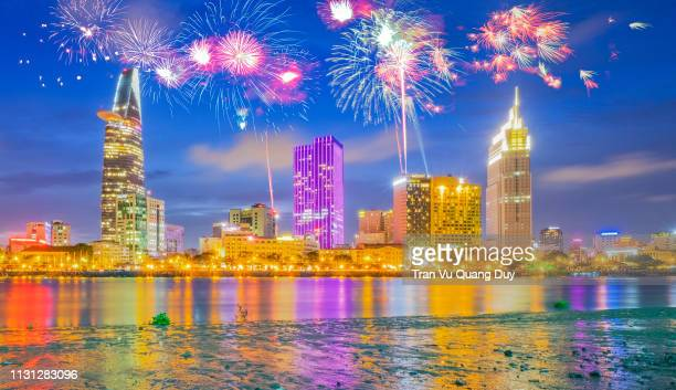 colorful fireworks of ho chi minh city at new year view from thu thiem. - thiem foto e immagini stock