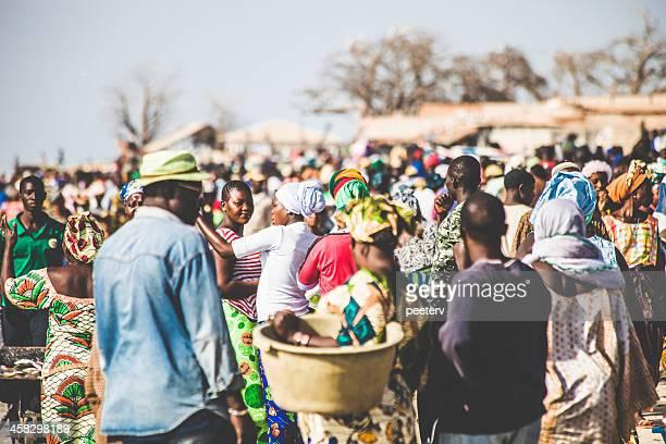 colorido fish market, en áfrica occidental. - gambia fotografías e imágenes de stock