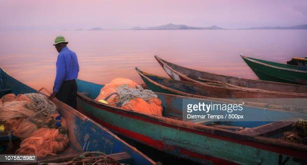 colorful fishing boats on lake victoria, kenya - dietmar temps 個照片及圖片檔