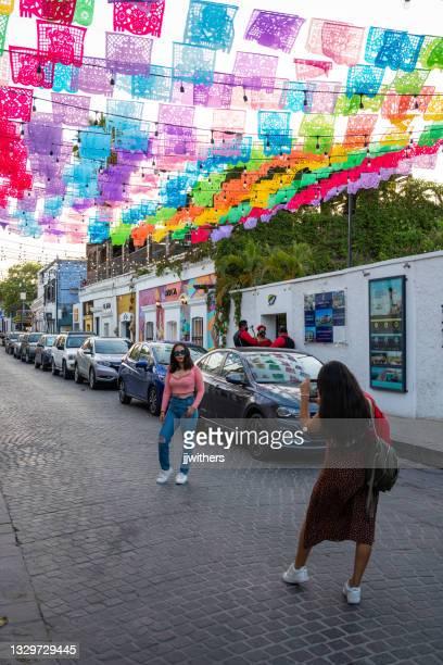 カラフルな旗は、サンホセデルカボ、バハスル、メキシコのnアルバロオブレゴン通りを飾ります - メキシコ北部 ストックフォトと画像