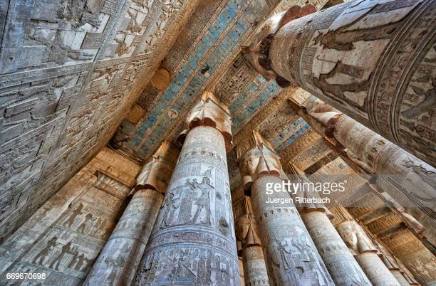 colorful giant columns and ceiling in hathor temple of dendera - tempelcomplex van dendera stockfoto's en -beelden