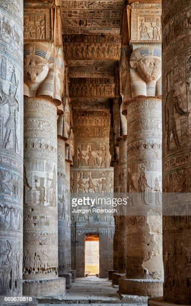 colorful giant columns in hathor temple of dendera - tempelcomplex van dendera stockfoto's en -beelden