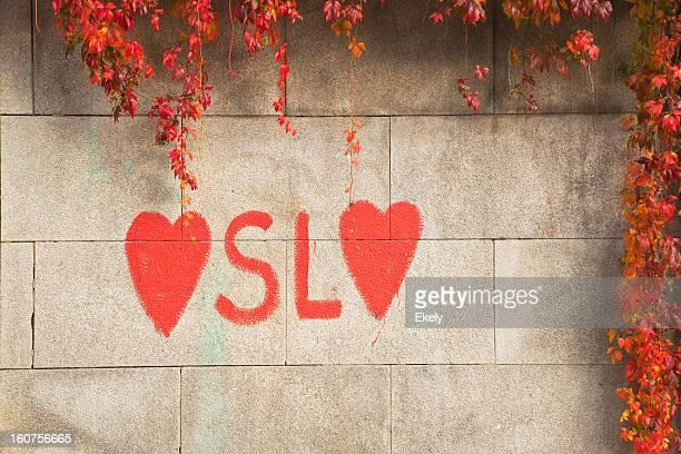 カラフルなコンクリートの壁は、落書きで。 - オスロ ストックフォトと画像