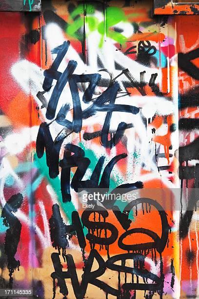 Farbenfroher graffiti auf eine Betonwand.