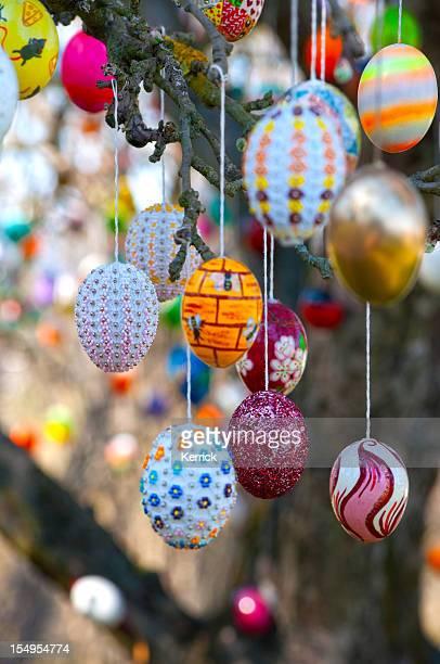 Bunte handgemachte Eastereggs auf einem apple tree- Eierbaum in Saalfeld