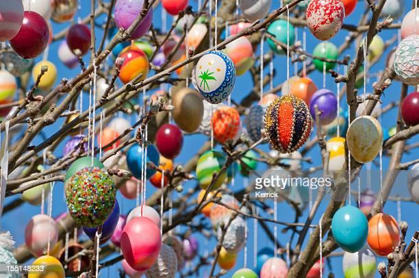 Bunte handgemachte Eastereggs auf einem apple tree