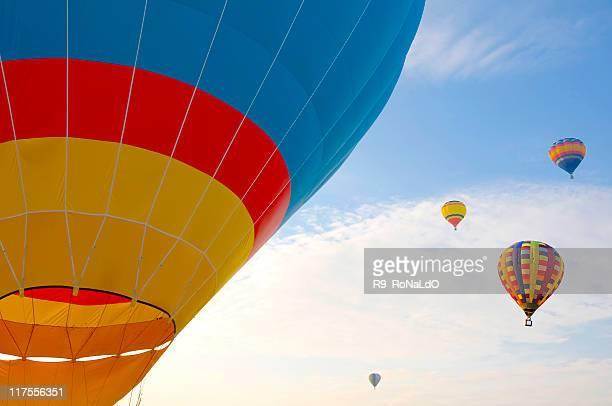 カラフルな熱気球の空