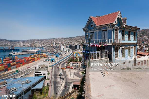 colorful house in valparaiso - valparaiso chile stock pictures, royalty-free photos & images