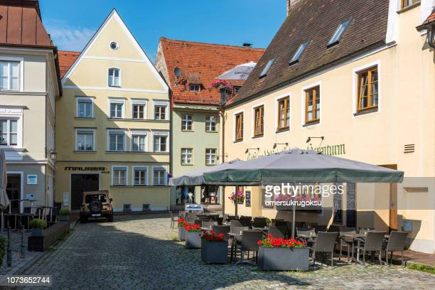 bunte häuser und ein café auf straße in landsberg am lech, deutschland - oberbayern stock-fotos und bilder