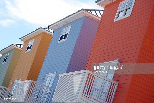 Une rangée de maisons colorées