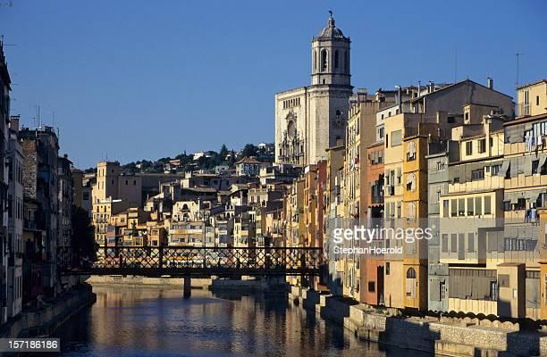 Coloridas casas por el río Onyar en Girona, Cataluña, España