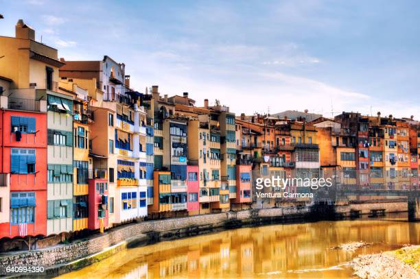 colorful houses on the onyar river bank in girona, spain - waterkant stockfoto's en -beelden
