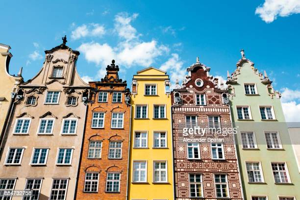 colorful houses standing in a row in the old town of gdansk, poland - gdansk fotografías e imágenes de stock