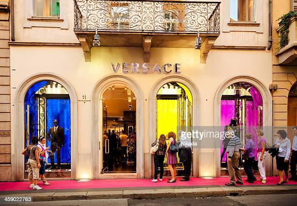 boutique versace de lumières colorées, italie - versace marque de designer photos et images de collection