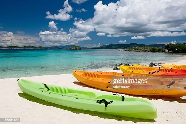 Coloré kayaks sur une plage dans les îles Vierges américaines