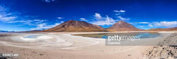 Laguna de colorido en el Salar de Uyuni en Bolivia