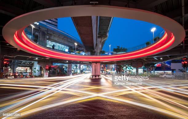 colorful light trail under mbk sky walk intersection - バンコク・スカイトレイン ストックフォトと画像