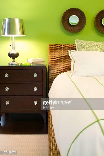 Colorido moderna de cama y mesa de luz en nuevo hogar.