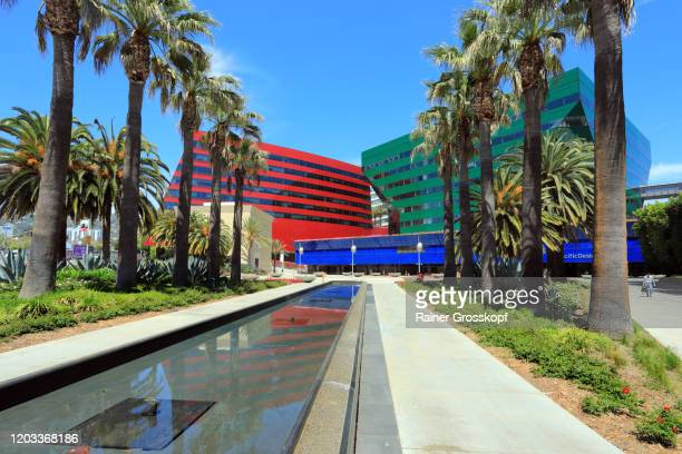colorful modern buildings and palm trees - rainer grosskopf fotografías e imágenes de stock