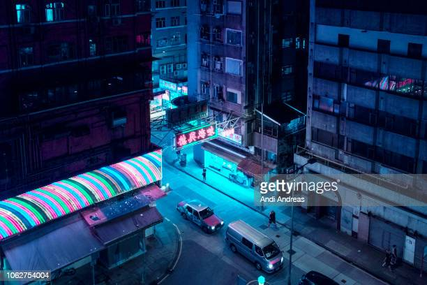 colorful night street road in hongkong with neonsigns - fluorescerende stockfoto's en -beelden