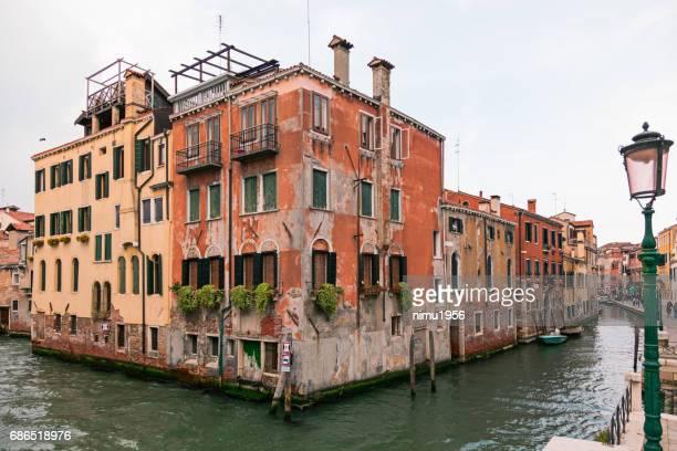 ヴェネツィア フォンダメンタ ・ デッラ ・ ミゼリコルディアのカラフルな古い家 - edificio residenziale ストックフォトと画像