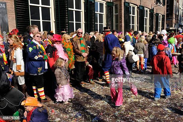 colorful people watching the annual carnival parade in 's hertogenbosch - 's hertogenbosch stockfoto's en -beelden