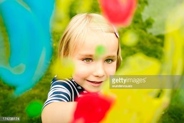 Bunte Bild von dem Mädchen mit finger streichen