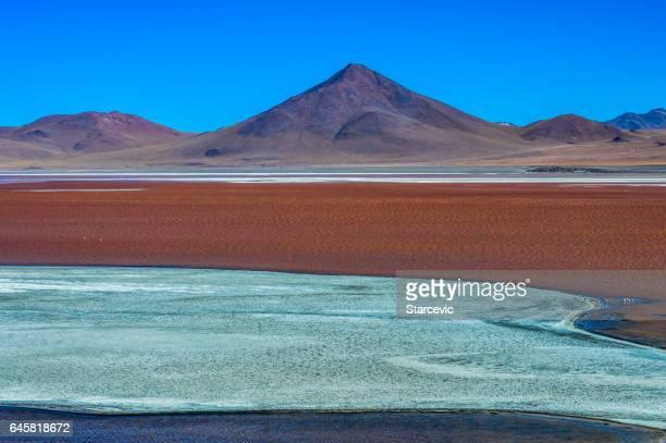 Lagune rouge colorée dans le Salar de Uyuni en Bolivie