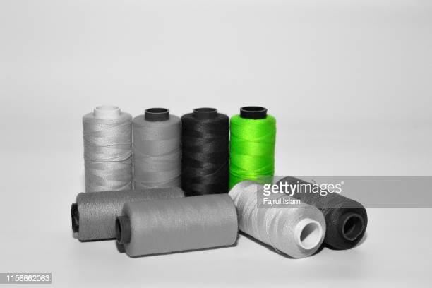 colorful sewing thread - color blindness - fotografias e filmes do acervo