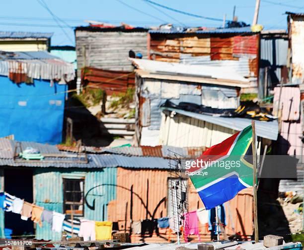 , bunten Hütten mit Waschen Linie und Südafrikanische Flagge