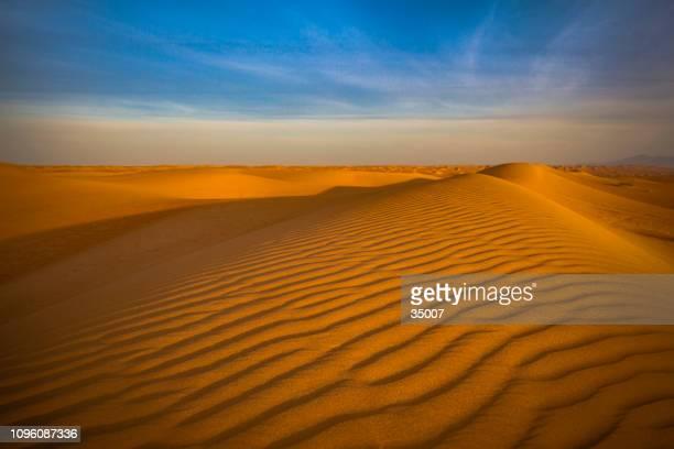 coloridas formas de la naturaleza, desierto de wahiba, sultanato de omán - great sandy desert fotografías e imágenes de stock