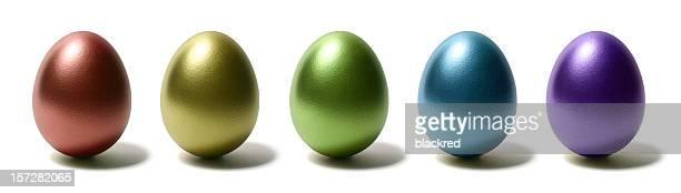 Bunte glänzende Ei auf weißem Hintergrund