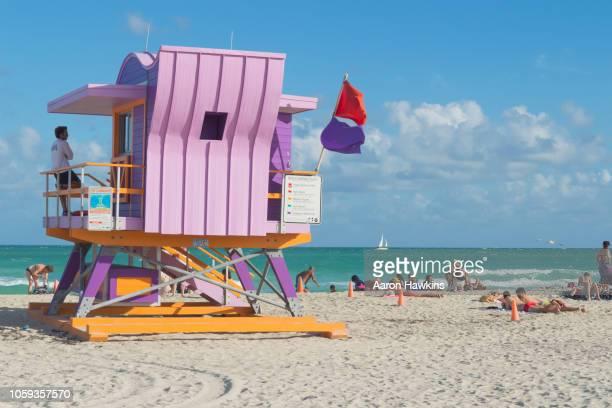 bunte south beach miami - strandwächterhaus stock-fotos und bilder