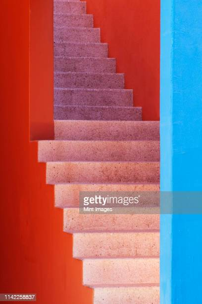 colorful stairwell - trap buiten stockfoto's en -beelden