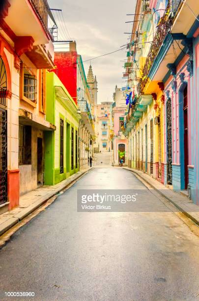 colorful street after the rain in old havana - cuba photos et images de collection