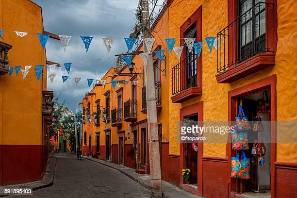 colorful street in san miguel de allende - san miguel de allende fotografías e imágenes de stock