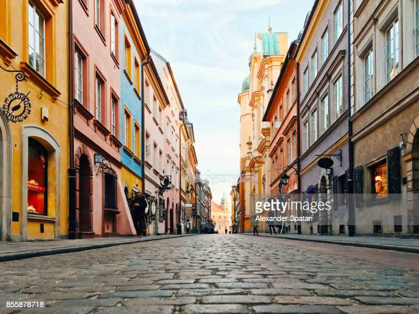 colorful street in the old town of warsaw, poland - fluchtpunkt stock-fotos und bilder