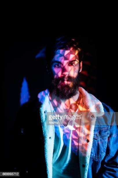 luces de calle de colores en el cuerpo superior de hombre millennail - cuerpo pintado fotografías e imágenes de stock
