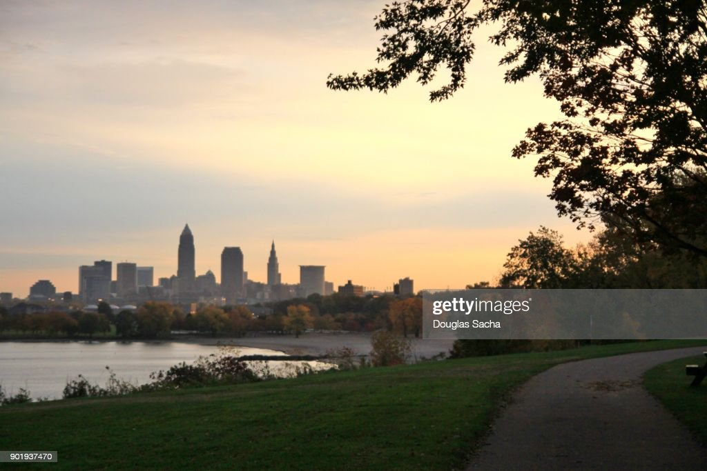 Colorful sunrise sky over the Cleveland downtown skyline : Stock-Foto