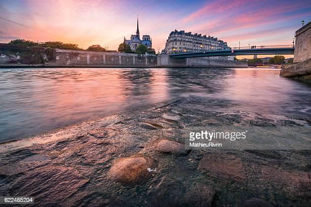 colorful sunset in paris - fluss seine stock-fotos und bilder