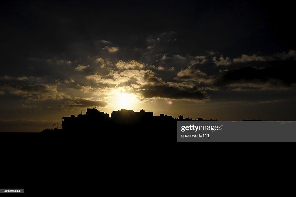 Colorida puesta de sol sobre una ciudad : Foto de stock