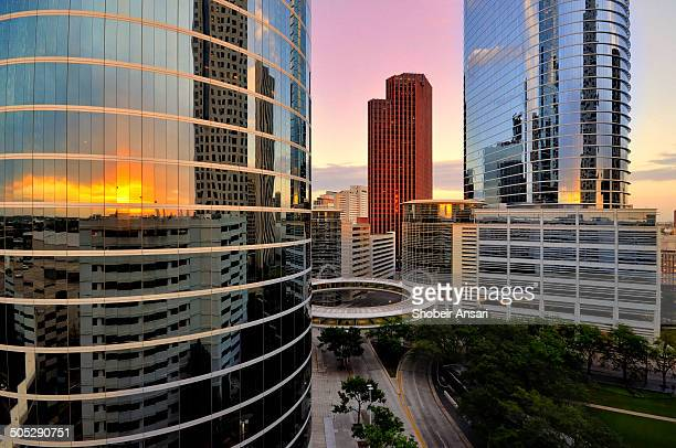 colorful sunset over houston skyline - houston texas fotografías e imágenes de stock