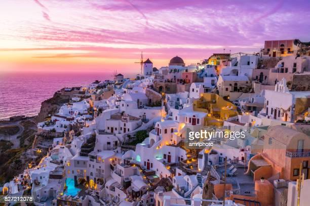 colorida puesta de sol sobre la isla de santorini - oia santorini fotografías e imágenes de stock