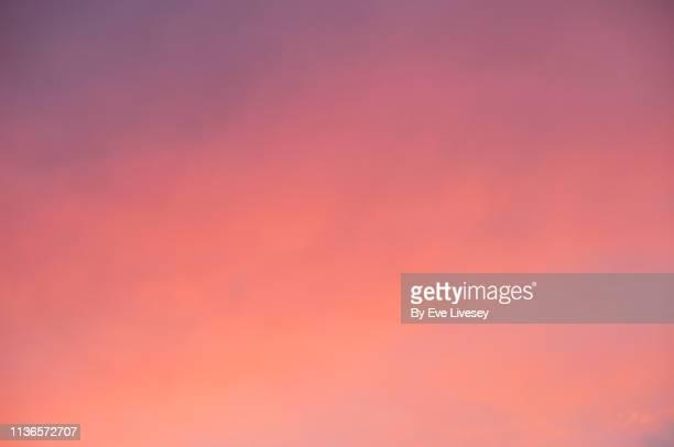 colorful sunset sky - puesta de sol fotografías e imágenes de stock
