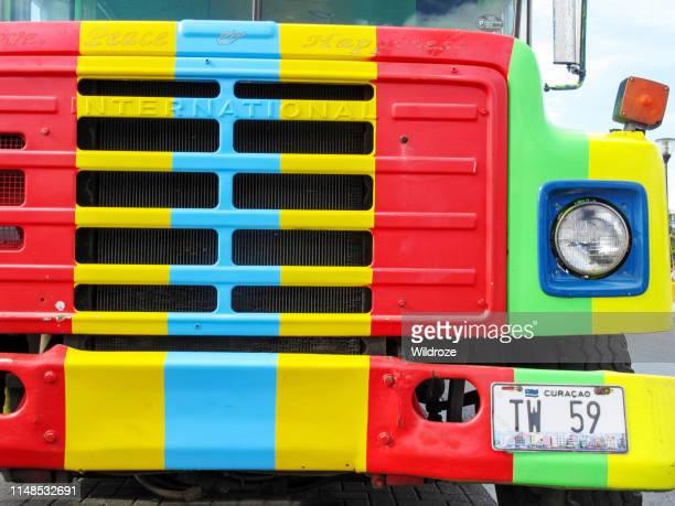 kleurrijke tour bus in willemstad, curacao - curaçao stockfoto's en -beelden