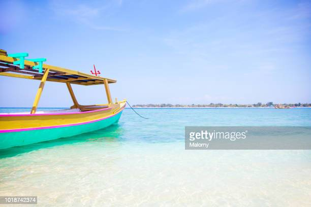 colorful traditional balinese fishing boat, canoe or water taxi called jukung. gili island, bali, indonesia. - schiffstaxi stock-fotos und bilder