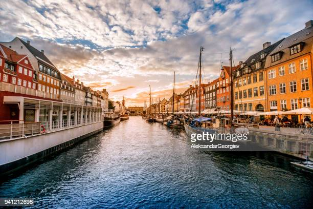 colorful traditional houses in copenhagen old town nyhavn at sunset - dinamarca imagens e fotografias de stock